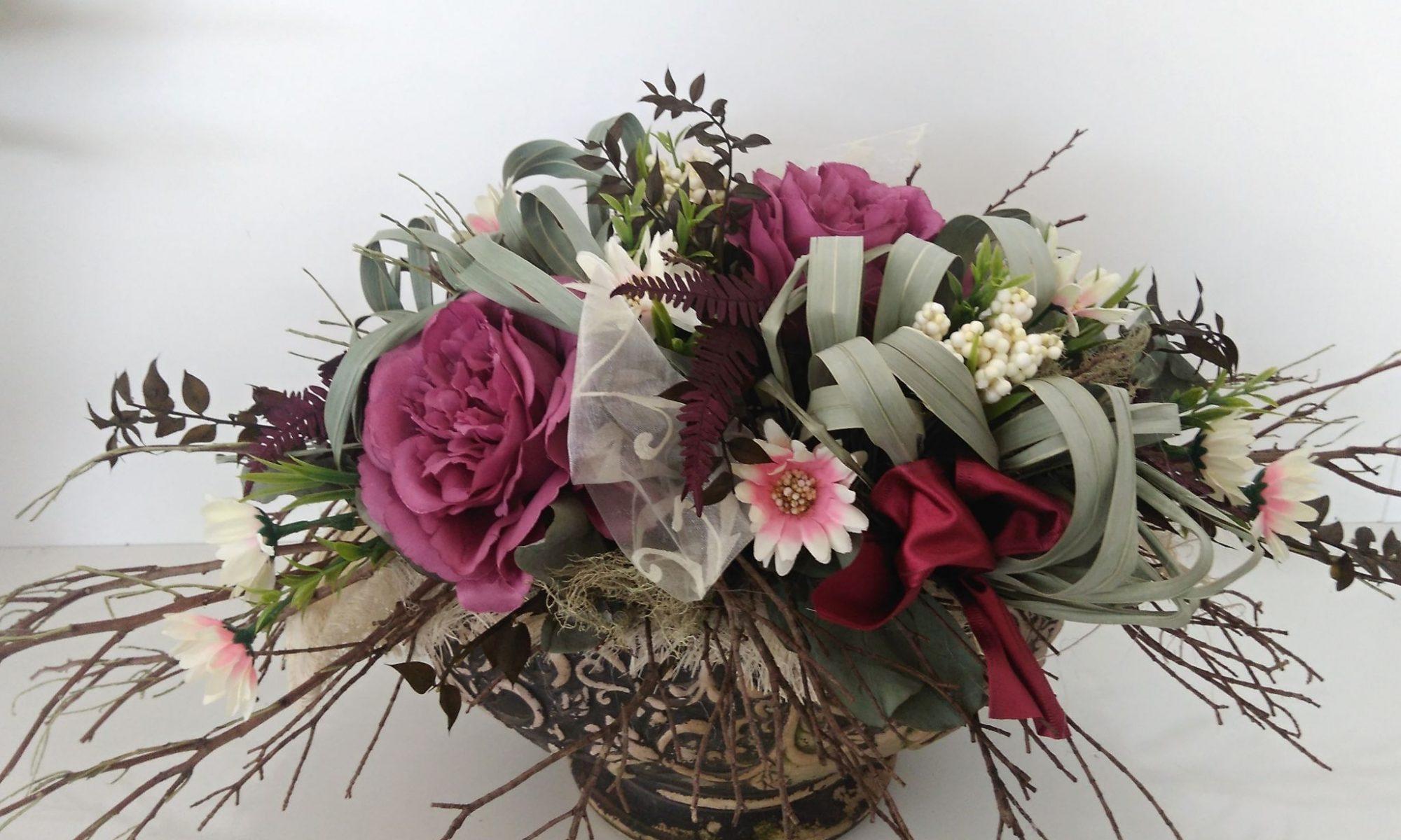 28e8bcf5f Dárková vazba, použita jako celoroční dekorace na hrob, lze použít i do  interiéru. Umělé květy doplněné přírodním materiálem.